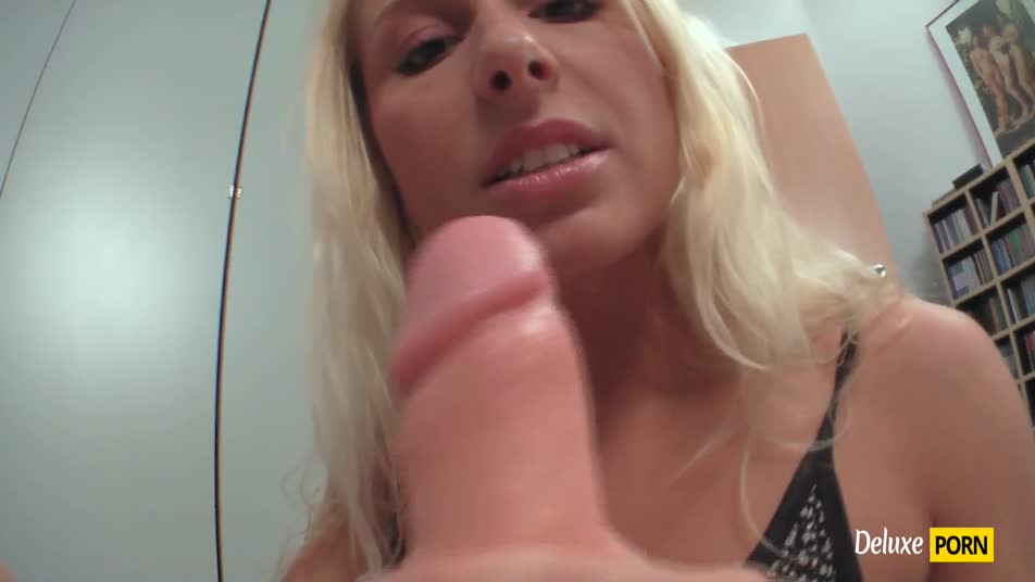 Watch how Szene Anna plays with her hard dildo and takes it right in to her mouth